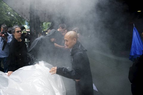 Performancekunsteren Zhu Ming tente opp bål inne i ballongen.