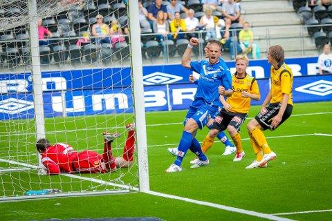 Sarpsborg 08 vant 4-3 borte mot Start søndag. Her jubler 08-spillerne etter 1-0-målet til Tom Erik Breive. (Foto: Thomas Andersen)