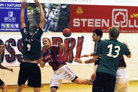 Møtte stadig veggen: Selv om det ble fire scoringer på Stig Robin Stalsberg i går var Nøtterøy-forsvaret en tøff utfordring for ham og resten av hjemmelagets spillere.