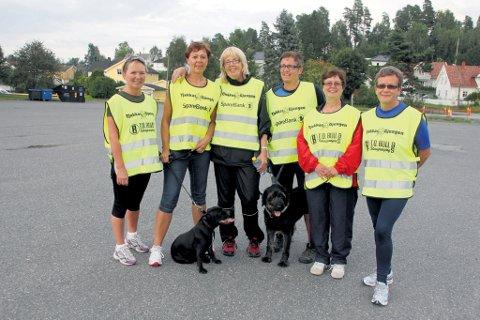 Marit Lise Pettersen (nummer tre fra venstre) koser seg under turene til Tjukkasgjengen.