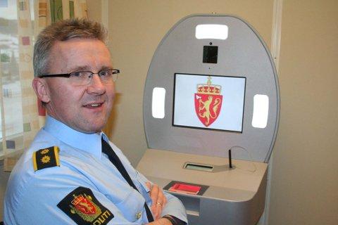 Bjørn Tore Grutle, lensmann i Tynset, ved passmaskina.
