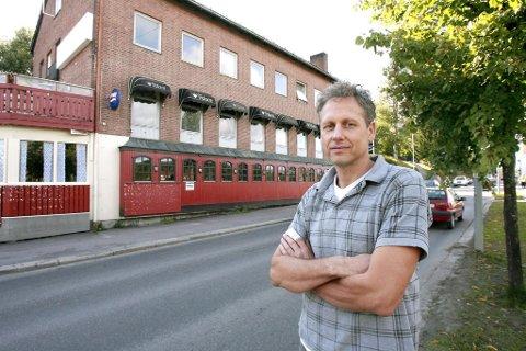 STEVNET KJØPERNE: Eirik Vågshaug solgte Palace-bygget for sju millioner kroner i 2010, men betalingen er uteblitt, og 20. november møter han kjøperne i Glåmdal tingrett.