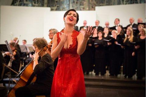 OPERAGALLA: Mezzosopran Lilly Jørstad foran Tromsø Byorkester.