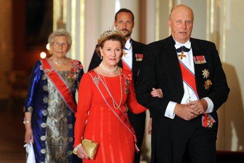 Kong Harald og Dronning Sonja var vertskkap for den tradisjonelle stortingsmiddagen på slottet. Bak prinsesse Astrid og Kronprins Håkon