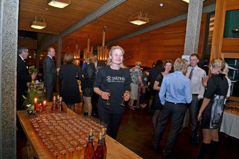 ØNSKET VELKOMMEN: Maj Elin Storeide ønsket gjestene velkommen med sprudlende cider i stettglass.