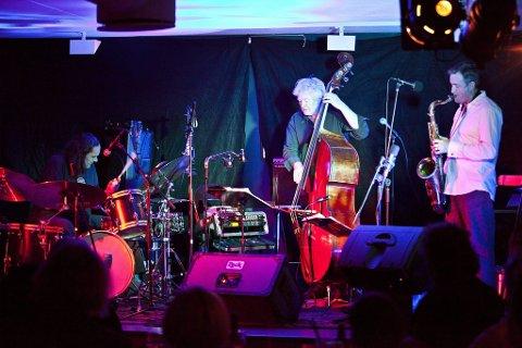 Sterkt: Arild Andersen Trio imponerte stort på Det Gule Galleriet lørdag kveld. (f.v) Paolo Vinaccia, Arild Andersen og Tommy Smith. (Foto: Mats Grimsæth)
