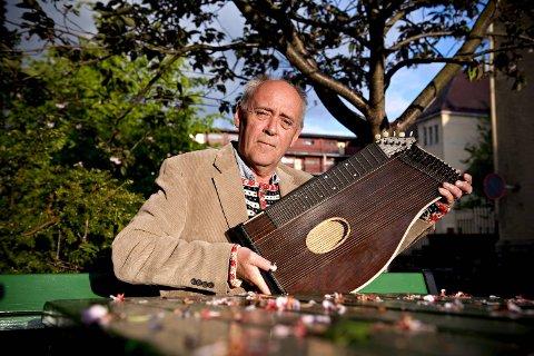 Her er Fred Ove Reksten og sitaren han har fått. Dette instrumentet er også kjent under navnet siter, og må ikke forveksles med den indiske varianten av sitar som blant andre George Harrison benyttet i The Beatles. (Arkivfoto)