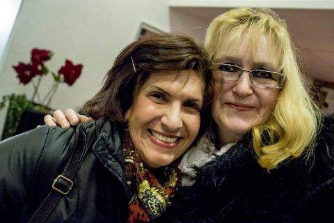 JULESTEMNING: Miriam Ekrot (t.v.) og Mariann Nilsen benyttet mandagskvelden til å komme i skikkelig julestemning. (Foto: Tobias Nordli)