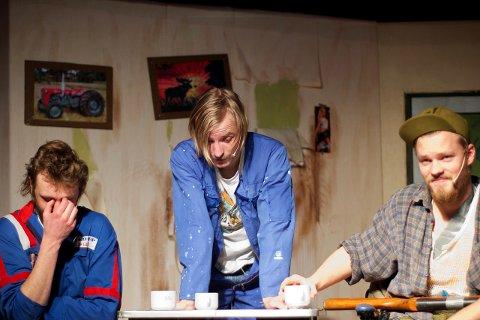 VED KAFFEBORDET: Jonas Johnsgård (til venstre) som Ola Botn, Einar Johan Trøan Sømåen som Spretten og Sebastian Joten Langsjøvoll som Digerhæsjen.