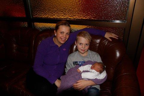Mamma Lene Gjerde Sætren og storebror Kristoffer (10) tykkjer Lilly var den perfekte julegåva.