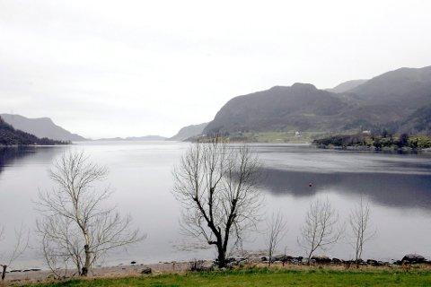 Miljøvernministeren skal om kort tid seie ja eller nei til lagring av avfallsstoff frå gruveindustrien i Førdefjorden.