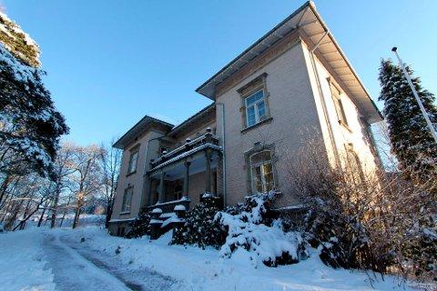 Jørgen C. Knudsens herskapelige villa fra 1904 har ikke latt seg selge. Mye tyder på at det vil ta lang tid å få etablert ny økonomisk forsvarlig drift på Øvre Frednes.