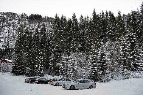 Denne parkeringsplassen ved botnen av Hafstadfjellet er mykje brukt av turgåarar. No vert den stengt, med mindre kommunen vil hjelpe til økonomisk.