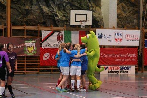 VANT. Tøffingane vant damefinalen og feiret med en av cupens maskoter.