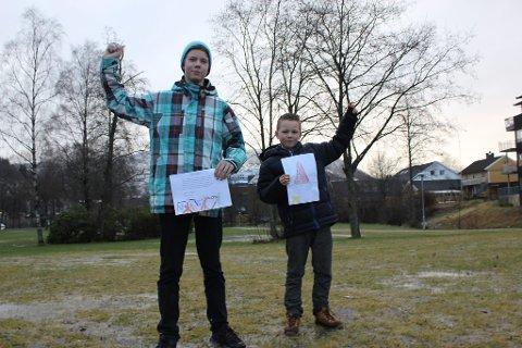 """Andreas Skålvik frå Holsen (t.v.) og Ulrik Nielsen (8) frå Førde vann konkurransen """"Barnegåva"""". Vinnarteikningane deira blir no utgangspunktet for ein installasjon på festplassen."""