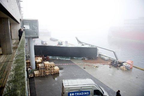 Her ligger landgangen ødelagt på kaien.