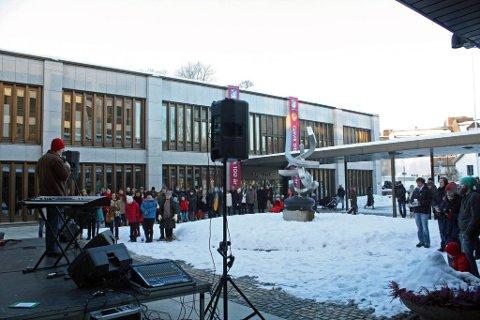 varme ord: Appellantene, her ved sogneprest Lasse Gran, samlet mange i kulda da den nasjonale markeringen for lengeværende asylbarn ble arrangert foran rådhuset lørdag ettermiddag. Foto: Frode Hermanrud