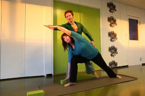 Mona Sveum instruerer Tone Heitmann i Utthita Parsvakonasana.