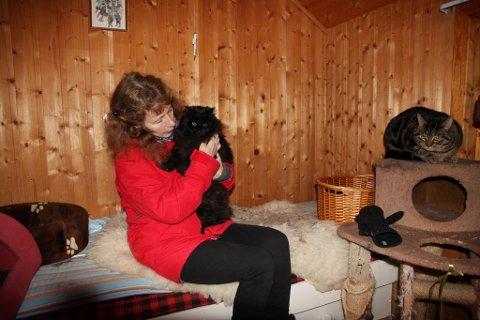 Kattane Oda og Marko har eit eige lite hus ute i hagen i Korsavegen. Der er det varmeovn som syter for god temperatur når det er ekstra kaldt ute.