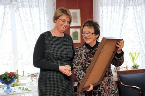 OVERRAKTE DIPLOM: Fylkesmann Kristin Hille Valla overrakte diplomet for Olavsrosa til Dåpstradisjon og innehaver Ann Therese Ekeren Skari.