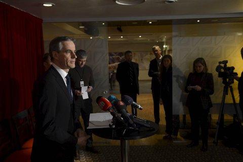 Helseminister Jonas Gahr Støre (Ap) under pressekonferansen fredag ettermiddag.