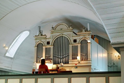 Byttes ut: Kantor Kalina Dimitrova ved orgelet i Vinger kirke. 10 mars toner den siste musikken ut fra disse orgelpipene. Foto: Ole-Johnny Myhrvold