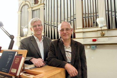 Kan glede seg: Prost Øystein Halling og kirkeverge Ole Erik Lindalen ved det gamle orgelet i Vinger kirke. Snart kan de og alle innvånere i Kongsvinger glede seg over nye toner fra et praktinstrument. Arkivfoto