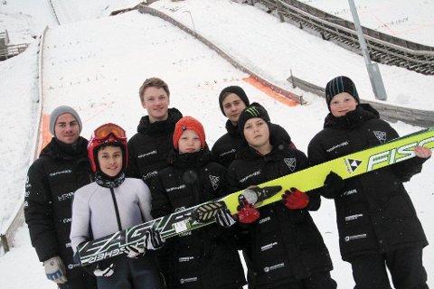 Trener Martin Bekkeseth (t.v.) sammen med gutta, Alexander Larsen (12), Håkon Lervaag (15), Vetle Amundsen (11), Sigurd Ilestad (14), Isak Solberg (12) og Benjamin Pettersen (12).