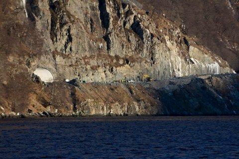 Arbeidstilsynet sa onsdag stopp for vidare arbeid med Dalsfjordsambandet ved ulykkesplassen i Askvoll grunna sikkerheita.