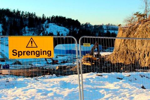 Arbeidet ved Lillegårdskrysset ble stanset i to uker etter at det ble gjort mulige funn av blå-asbest i området.