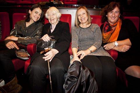 Damer på tur: Tre generasjoner Gutterød hadde latt mennene bli hjemme og koste seg på konsert lørdag kveld. Fra venstre: Karine Gutterød Huseby, Aslaug Gutterød, Tove Karin Gutterød og Anne Gro Gutterød.