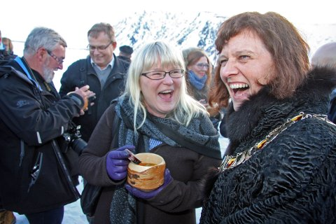 Stortingsrepresentant og fykespartileder Ingalill Olsen (Ap) var temmelig fornøyd sammen med ordfører og partifelle Kristina Hansen.