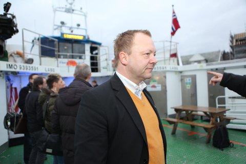 OFFENSIV: Floraordførar Bengt Solheim-Olsen framheva Kystvegen i møte med fylkesmakta på båtturen.