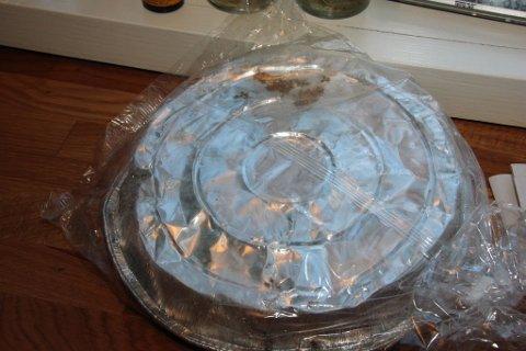I OPPLØSNING: Folien under og rundt kaka går i oppløsning, men kaka er tilnærmet like fin, 25 måneder etter innkjøp.