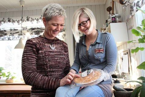 FAMILIENS SNAKKIS: Kake som aldri blir dårlig er blitt en snakkis blant familie og venner. Her viser Camilla Langbo-Lien og datteren Mari Tøftum (20) at kaka fortsatt er myk etter to år.