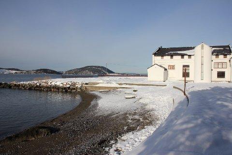 Akkurat nå er det litt vel kjølig på Torkildstranda, men våren er i emning og da kommer seilerne.