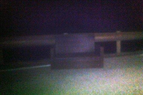 Ein sofa stod i vegbana på E39 aust for krysset på Moskog.