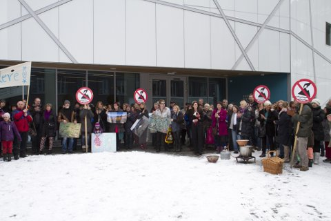 Rundt 200 personar var samla utanfor kunstmuseet i Førde laurdag. Både for å glede seg over det Miljøvernministeren sitt mellombelse nei til gruvedrift i Naustdal, og for å halde trykket oppe i kampen mot gruveplanane.