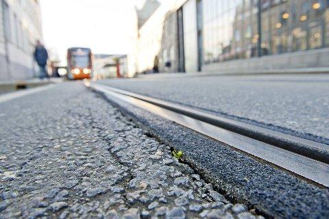 Dette bildet er tatt ved bybanestoppet Nonneseter, der man tydelig kan se sprekkene langs skinnene.
