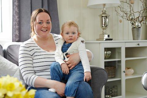PÅSKE I VILLA GREVE: Mathilde (2) koser seg i armkroken til mamma Camilla Greve, hjemme på Rånåsfoss. Foto: Dmitry K Valberg