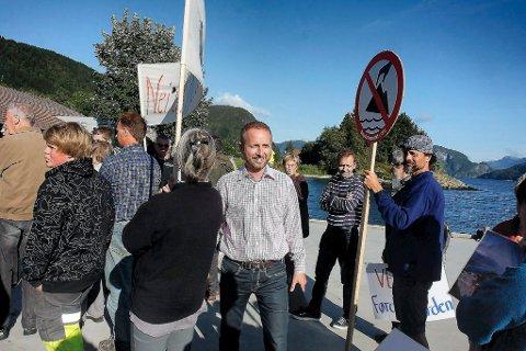 Bård Vegar Solhjell (SV) møtte deponimotstandarar i Vevring under valkampen i 2011. No har han statsråd-ansvaret for gruvesaka, og utsette nyleg avgjerda til det er gjort fleire undersøkingar.