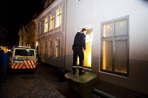 Politiet sjekker for å se om det var gjennom dette vinduet kvinnen i 50-årene kom seg inn.