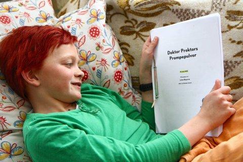 LESER MANUS: Eilif Noraker leser manuset til filmen.Foto: Geir Norling
