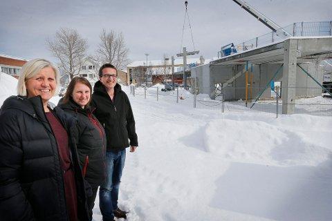 Rektor Anne Brit Vikhals (t.v.), prosjektleder i Nordland fylkeskommune, Gro Hagerupsen, og brukerkoordinator Lars Knudsen gleder seg til nyskolen står ferdig i 2015.