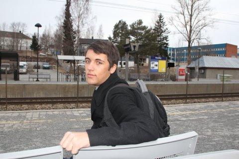 Bendik Hallstensen fant en veske full med penger på toget i går. Han gikk av ved Vestby stasjon og leverte pengene til politiet.