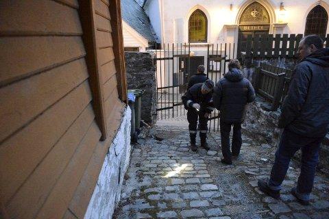 Politi og brannvesen undersøker Lille Øvregaten 38. Der ble det meldt om en tredje brann torsdag kveld.