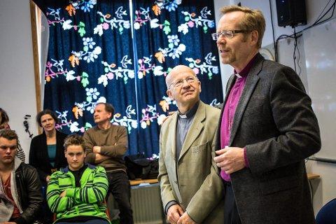 Sander Nedreås var ein av dei sju elevane som las opp spørsmåla frå 9. og 10. klasse ved Rossland skule. Dei engasjerte elevane kom og med gode oppfølgingsspørsmål til biskopen.