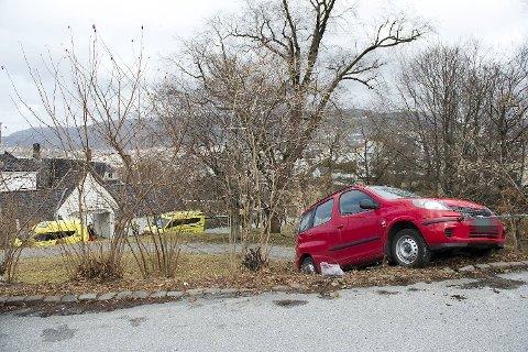 Bilen som krasjet i Damsgård hovedgård traff en parkert bil på veien.