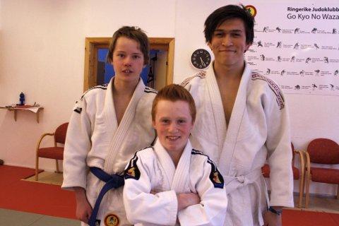 Emil André Østebø lærer judo av Jon og Sigurd i Ringerike judoklubb.