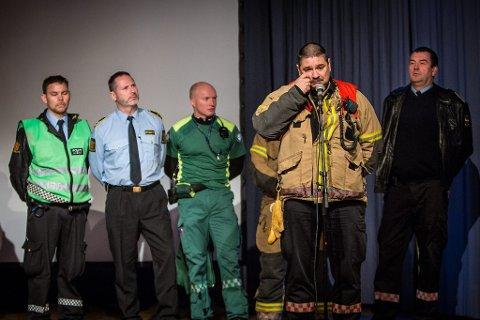STERKT PREGA: Ståle Hauge frå Lindås og Meland brannvern fortalde si dramatiske historie med representantar frå dei andre blålysetatane i ryggen.  ? Vi er ikkje robotar, desse opplevingane gjer noko med oss, seier han.